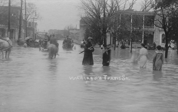 Looking west on Travis Street toward river bridge, December 1913.  (MS 362:  097-0864)
