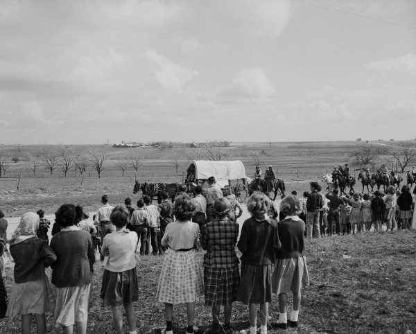 Students watch as the wagon train passes near school in Lavaca County.  (MS 355:  Z-2475-B-65)