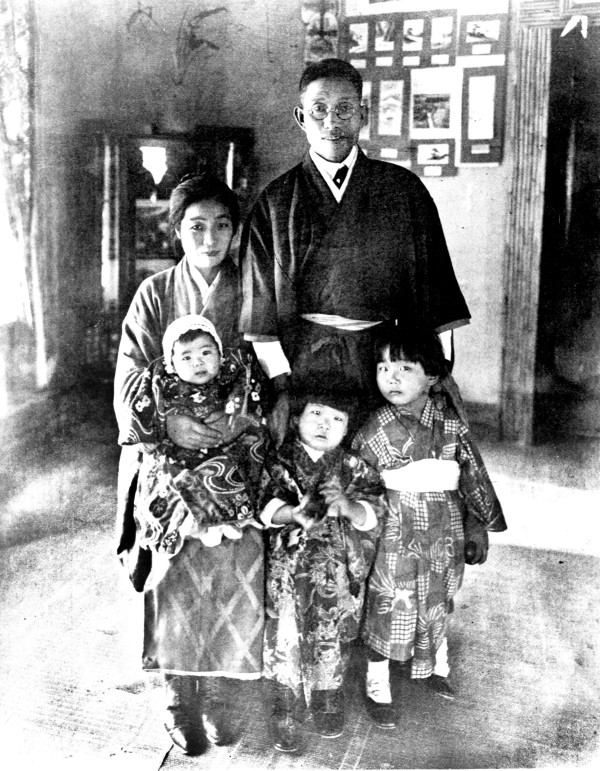 Miyoshi and Kimi Jingu and their children (l. to r.) Rae, Ruth, and Mary, inside their house, circa 1919.  (MS362:  084-0349)