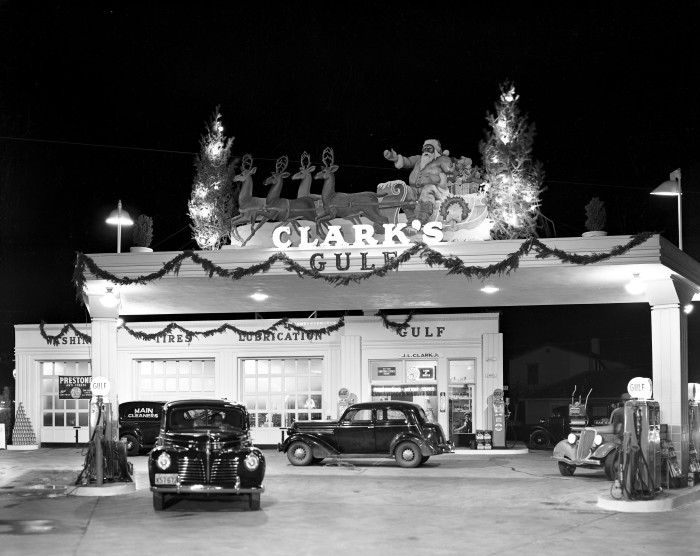 J. L. Clark's Gulf Super Service Station Number One, 1739 Fredericksburg Road, 1939. (Zintgraff Studio Photograph Collection, MS 355: 0967-B-04)